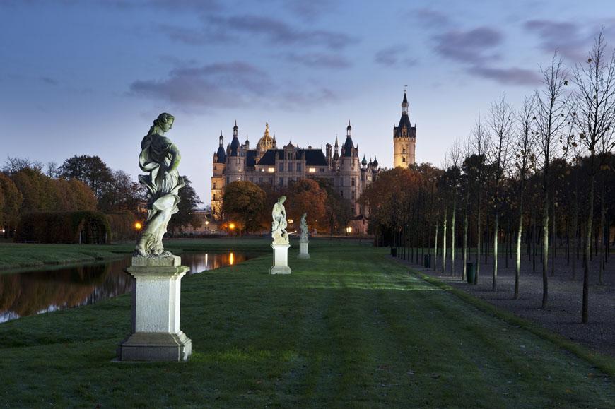 17_Schwerin_Schloss_Schlossgarten_Kreuzkanal_Permoser_Statue_Morgens_Nachtaufnahme_Herbst_DSC1497-Bearbeitet